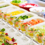 自慢の冷蔵ショーケースにはシャキシャキの新鮮野菜がずらり。