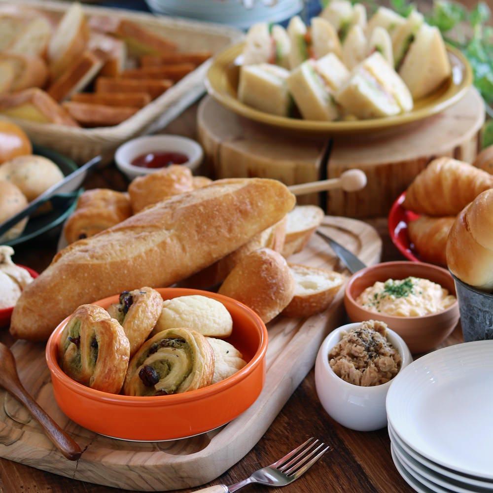 土日のランチタイムはパンビュッフェにサラダ&スープバー付き!