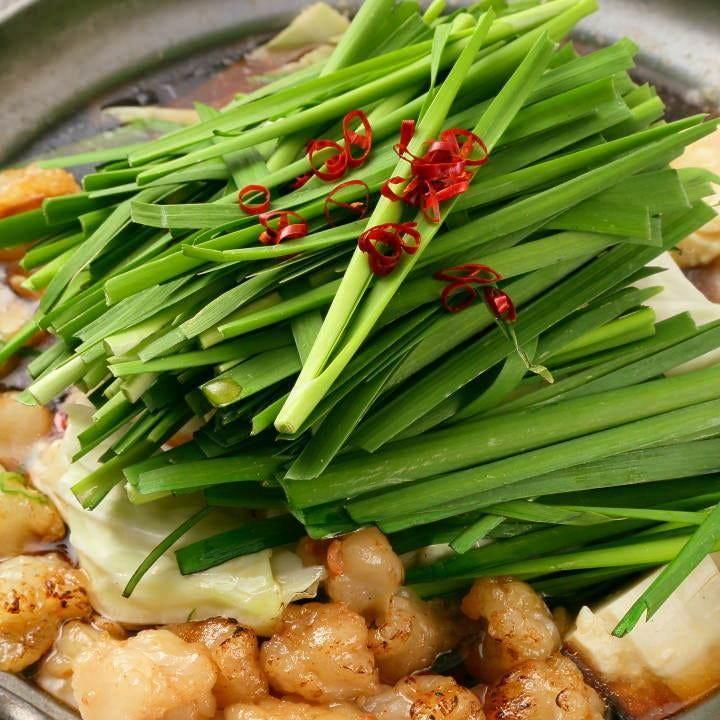 九州醤油味&もつが好相性の炙りもつ鍋を含んだコースが人気