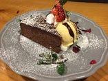 【本日のケーキ2種アイス添え】ケーキは日替わりです♪スタッフにお気軽お尋ねください♪