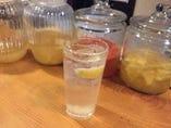 自家製ビネガーフルーツのサワー♪飲みやす過ぎて何杯でもいけちゃいそ!飲み過ぎに注意!(笑)画像はレモンビネガーのサワーです♪