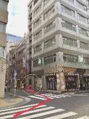 道なりに進みひもの屋さんが見えてきます。そこの角を左に曲がれば当店です!地下一階でお待ちしております!
