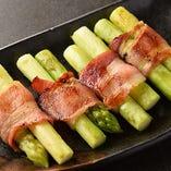 国産アスパラと豚肉の甘みと香ばしさがたまらない!一番人気のアスパラベーコン巻き。
