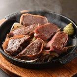 和牛を豪快に焼き上げる和牛ミニステーキで肉本来の旨味を堪能♪