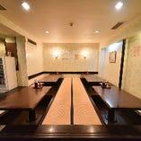 お座敷は6名様用のテーブルが4卓の構成で、手前と左側から行き来が自由。