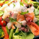 【海の幸を満喫!】 まずは海鮮サラダ。魚の旨味をサラダに凝縮