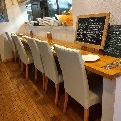 店内奥のカウンターで調理風景を見ながらお食事ができます!!