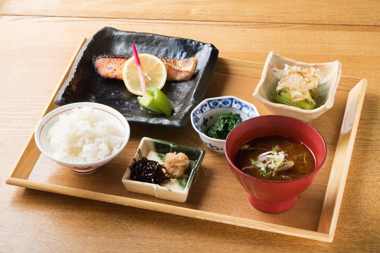 お昼の定食900円(税込)からご用意。 沢瀉定食が人気No.1!!!