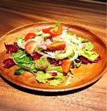 シャインマスカット・パプリカ・サラミのバルサミコ香るサラダ