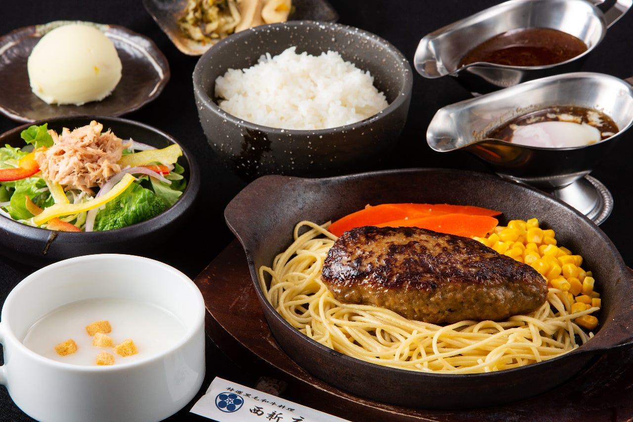 黒毛和牛の挽肉で仕上げた肉の旨味が溢れ出るハンバーグです。