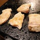黒豚や地鶏など国産ブランド肉を溶岩焼き(焼肉)で堪能!