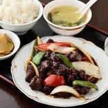 ディナー定食の酢酢豚定食はライス・スープ・お新香付き