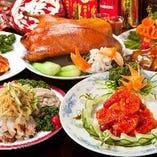 80品目の食べ放題に加え、極品料理と呼ばれる贅沢食材を用いたとっておきの7品目がラインナップした「食べのみ放題 銀コース」!それぞれ1回限りオーダーいただける極品料理は「北京ダック」や「カニ入りフカヒレスープ」など魅力たっぷり!