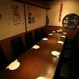 テーブル席は一人でふらりと来てもよし、レイアウト次第では大人数様でのご来店にもご対応可能です