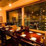 西新宿の煌めく夜景を見渡せるテーブル席が人気です