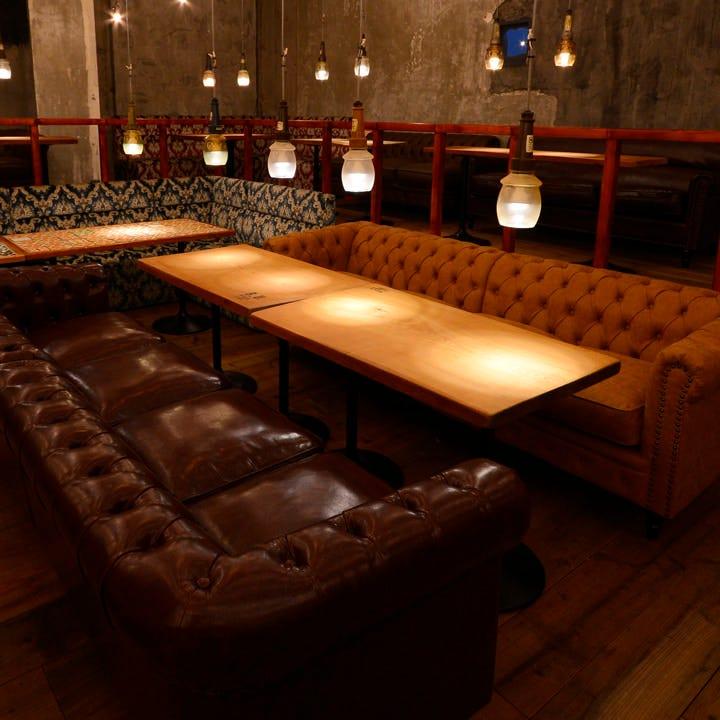 重厚なカウチソファー席など、人数に合わせて最適なお席をご用意