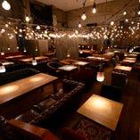 大小異なるソファは、デートからパーティーまで様々な人数に対応