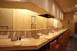 【カウンター席】広々とお食事をお楽しみください。