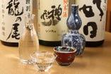 季節のオススメの日本酒と、焼酎、ワインなどを揃えている。