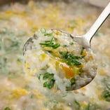 上質の利尻昆布を使った特製ダシと、とらふぐの旨味が詰まった雑炊はたまらなく美味しい!〆にどうぞ