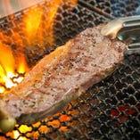 ドライエイジングビーフやポークは備長炭でじっくり焼き上げます