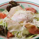 半熟玉子と生ハムのシーザーサラダ