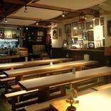 長テーブルが八蛮スタイル。豪快に地ビールを味わってください!