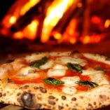 薪窯で焼き上げる自慢のナポリピッツァ