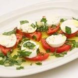 有機チェリートマトとシチリア産水牛モッツアレラチーズのカプレーゼ