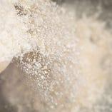 生地に使う粉は、数種類の厳選した国産小麦粉を独自にブレンド