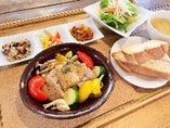 夏野菜とロティサリーチキンの香草焼 レモン風味