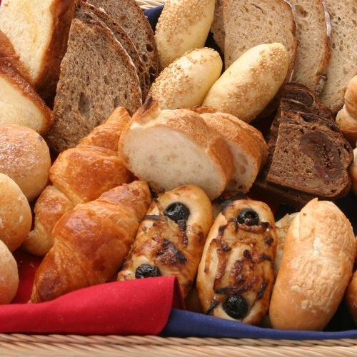 専属のパン職人「ブーランジェ」が焼き上げる自家製パンも絶品♪