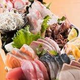 FUNEYA名物!鮮魚を味わうなら、まずは豪華10種の「宝舟盛り」をどうぞ。