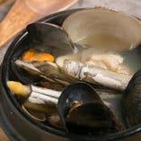 時期によっては牡蠣が入ることも★「貝の土鍋風呂」
