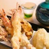 専門店さながらの美味さと人気を誇る天ぷら!毎日20種類ほどご用意します。