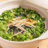 炭火で焼いた季節の魚をのせて炊く「魚飯」も必食。〆にどうぞ!