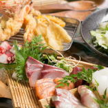 """全国の漁港から、プロの目利きにかなったその時々の""""ベスト""""な鮮魚が届きます。刺身、天ぷら、炭火焼きなど様々な味わいをお楽しみください。"""
