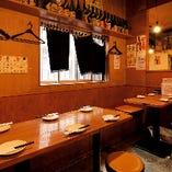 《テーブル席》壁側はベンチシートの人気席!6名様×1卓、4名様×2卓【最大16名様】