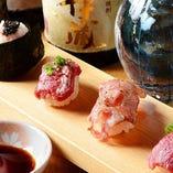 甘み溢れる新鮮馬肉をお寿司でどうぞ。単品、盛合わせをご用意