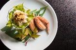 北海道の代表的味覚、カニは丁寧に剥かれて食べやすく。