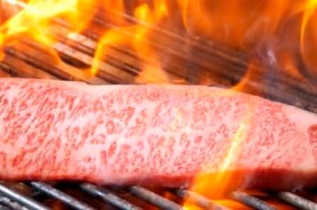 1000度を超える高温で焼き上げ肉の旨味を閉じ込めます。