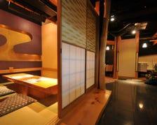 ゆったりと落ち着いた雰囲気の個室。