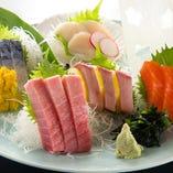 毎日築地より仕入れる鮮魚の刺身。コレ目当てのお客様も多数!