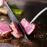 柔らかい赤身の中にきめ細やかな霜降りの特選牛ステーキ
