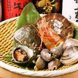 日本中の海産物が揃う築地市場。毎日市場内を歩き、魚介の状態を直接確かめて仕入れる魚介