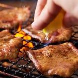 ジュウジュウと焼き上げた牛タンにはレモンを絞って風味豊かに