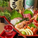 築地鮮魚のお刺身にピッタリの日本酒は、お魚の旬に合わせて季節替わりでご用意