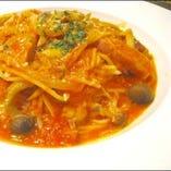 季節きのこのトマトソーススパゲティー