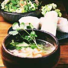 今人気のシャンツァイ料理、手前から ベトナムスープビーフンフォー、生春巻き、シャンツァイサラダ