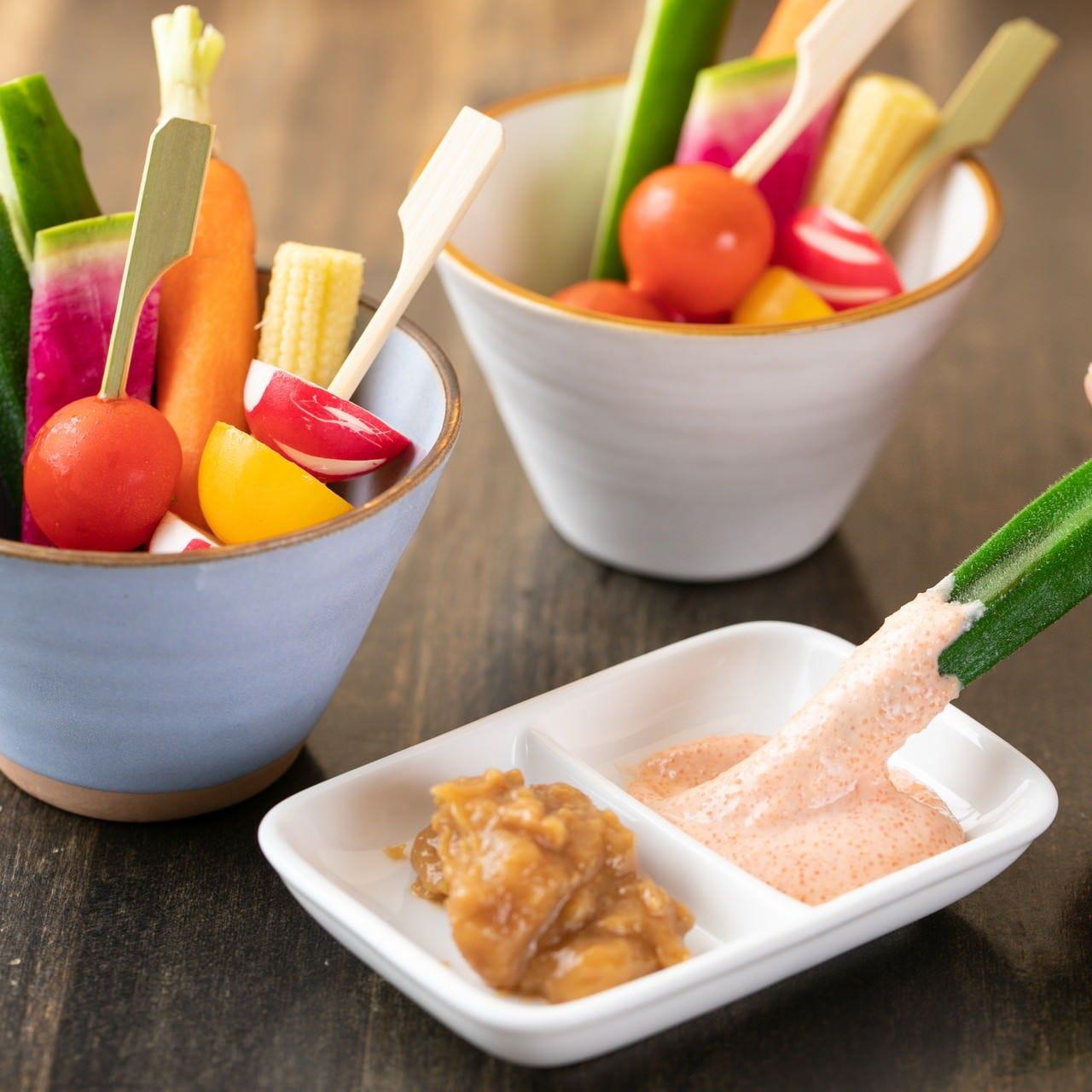 肉味噌と明太ソースの2種のディップで味わう野菜スティック